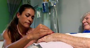 慰问她的母亲的妇女在病区4k里 股票录像