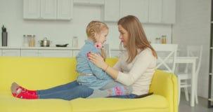 慰问她的沙发的关心的母亲生气女儿 股票录像