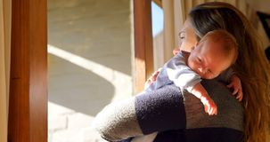 慰问她的男婴的母亲在客厅4k 股票视频