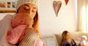 慰问她的男婴的母亲在客厅4k 影视素材