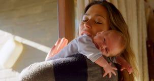 慰问她的男婴的母亲在客厅4k 股票录像