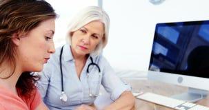 慰问患者的女性医生 股票视频