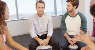 慰问生气同事的创造性的企业队 影视素材