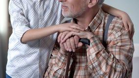 慰问老寂寞的男孩,拥抱他,慈善节目在老人院 库存图片