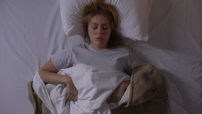 懊恼妇女伪善言辞睡着在晚上,难受的睡觉情况 股票录像