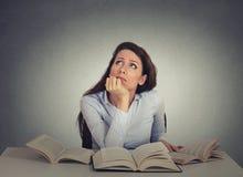 懊恼,不耐烦,疲倦,妇女,坐在书桌的滑稽的学生 免版税库存照片