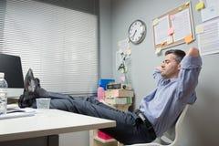 懒惰办公室工作者脚 免版税库存图片