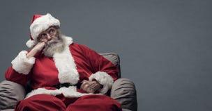 懒惰圣诞老人等待的圣诞节 库存照片