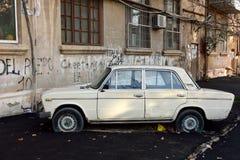 懒惰工作员在一辆汽车附近复出了停车场在巴库,阿塞拜疆的首都 免版税库存图片