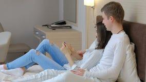 懒惰懒惰夫妇休闲人妇女床电话 股票视频