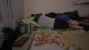 懒散的人在电视前面睡觉 影视素材