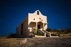 戈佐岛,马耳他-圣安妮或Sant ` Dwejra海湾的安娜教堂在戈佐岛海岛上的夜之前  免版税库存照片
