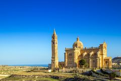 戈佐岛,马耳他- Ta ` Pinu的保佑的维尔京的全国寺庙的大教堂及早在与清楚的蓝天的早晨 图库摄影