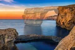 戈佐岛,马耳他-在日落的美丽的天蓝色的窗口 库存图片