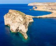 戈佐岛,马耳他-真菌岩石和天蓝色的窗口在Dwejra咆哮 免版税库存图片