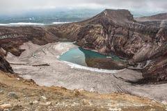 戈列雷火山火山的火山口,堪察加,俄罗斯 免版税库存照片