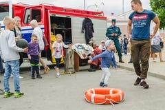 戈尔基,白俄罗斯- 2018年7月25日:不同的年龄的孩子使用一个假日在公园在人人群的一个夏日  免版税库存图片