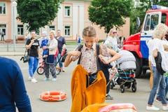 戈尔基,白俄罗斯- 2018年7月25日:女孩礼服服务112的救生员制服在一个党的在公园在夏日 图库摄影