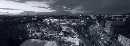戈尔韦圣诞节市场在晚上 免版税库存图片