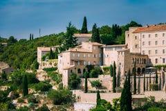 戈尔代美丽如画的小山上面村庄在普罗旺斯,法国 免版税库存图片
