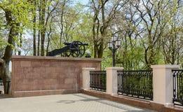 戈梅利宫殿和公园合奏 枪在宫殿塔附近被安装 宫殿是结尾的一座建筑纪念碑  免版税库存图片