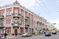 戈梅利,白俄罗斯, 2010年5月18日:与美好的建筑学的老大厦在Communards和苏维埃街道交叉路  图库摄影