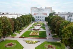 戈梅利,白俄罗斯, 2009年8月12日:有喷泉的胜利广场 库存照片