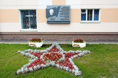 戈梅利,白俄罗斯, 2009年8月12日:看法在有一个纪念勋章的房子和在街道Efremova上的一个花圃里 免版税库存图片