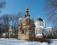 戈梅利,白俄罗斯, 2006年12月29日:鲁缅采夫Paskevich、宫殿和公园合奏,冬天风景宫殿塔  免版税库存照片
