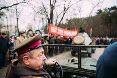 戈梅利,白俄罗斯 以苏维埃的形式红军的战士的Reenactors在庆祝的世纪10月 免版税图库摄影