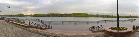 戈梅利,白俄罗斯-在河的一次洪水 堤防 图库摄影
