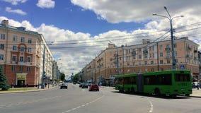 戈梅利,白俄罗斯 在Lenina和Privokzalnaya交叉路街道的城市交通 股票录像