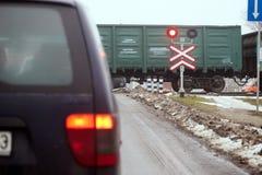 戈梅利,白俄罗斯- 2017年12月28日:与红色symphore的铁路交叉 图库摄影