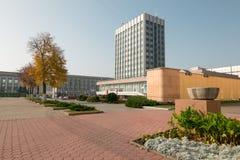戈梅利,白俄罗斯- 2017年10月18日:主要邮局的大厦有毗邻疆土的在秋天 免版税图库摄影