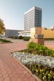 戈梅利,白俄罗斯- 2017年10月18日:主要邮局的大厦有毗邻疆土的在秋天 库存照片