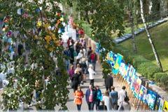 戈梅利,白俄罗斯- 2017年9月16日:假日城市天 许多人民步行在公园 图库摄影