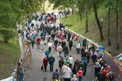 戈梅利,白俄罗斯- 2017年9月16日:假日城市天 许多人民步行在公园 免版税库存图片