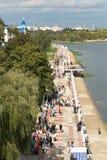 戈梅利,白俄罗斯- 2017年9月16日:假日城市天 许多人民步行在公园 库存照片