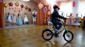 戈梅利,白俄罗斯- 2019年5月23日:儿童的音乐会午后的演出致力幼儿园的结尾 问题2019年 股票录像