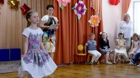 戈梅利,白俄罗斯- 2019年5月23日:儿童的音乐会午后的演出致力幼儿园的结尾 问题2019年 影视素材