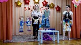 戈梅利,白俄罗斯- 2019年5月23日:儿童的音乐会午后的演出致力幼儿园的结尾 问题2019年 股票视频