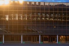戈梅利,白俄罗斯- 2018年5月14日:冰宫殿的现代体育复合体的大厦在黎明 定期流逝 免版税图库摄影