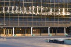 戈梅利,白俄罗斯- 2018年5月14日:冰宫殿的现代体育复合体的大厦在黎明 定期流逝 免版税库存照片