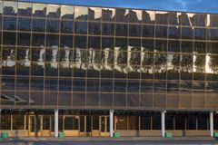 戈梅利,白俄罗斯- 2018年5月14日:冰宫殿的现代体育复合体的大厦在黎明 定期流逝 图库摄影