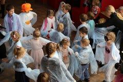 戈梅利,白俄罗斯- 2017年10月28日:咖啡馆的孩子 有趣的节目为假日万圣夜 库存图片