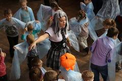 戈梅利,白俄罗斯- 2017年10月28日:咖啡馆的孩子 有趣的节目为假日万圣夜 免版税图库摄影