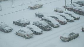 戈梅利,白俄罗斯- 2018年11月25日:在停车处的降雪在城市 股票录像