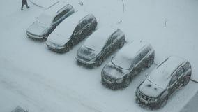 戈梅利,白俄罗斯- 2018年11月25日:在停车处的降雪在城市 股票视频