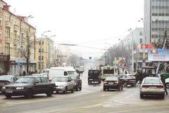 戈梅利,白俄罗斯- 2018年1月19日:在冬天交易在列宁大道的交通  免版税库存照片