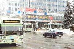戈梅利,白俄罗斯- 2018年1月19日:在国际冬天交易在街道上的交通 免版税库存照片